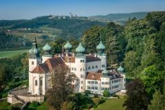 Schloss Artstetten im Sommer. Im Hintergrund die Wallfahrtskirch