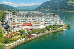 Zell am See. Luftaufnahme vom Grand Hotel. Im Hintergrund das St