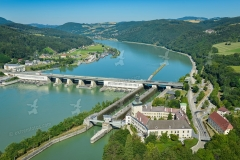 Ybbs-Persenbeug. Donaukraftwerk mit Schleuse und Schloss Persenb