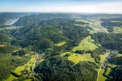 Dunkelsteinerwald mit der Ruine Aggstein und der Wallfahrtskirch