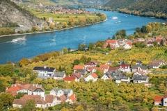 Luftaufnahme von Mitterarnsdorf in der Wachau im Herbst. Im Hint