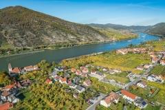 Luftaufnahme von Hofarnsdorf in der Wachau im Herbst. Im Hinterg