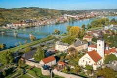 Luftaufnahme von Mautern an der Donau. Im Hintergrund Stein an d