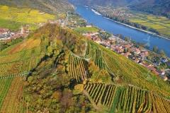 Wachau. Luftaufnahme vom 1000 Eimerberg im Spätherbst. Links di