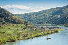 Hofarnsdorf an der Donau mit der Donaufähre in Richtung Spitz a
